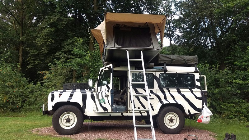 Land Rover 110 stationwagon 300tdi zebra met daktent larorent