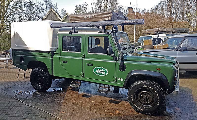 Land Rover Defender 130 TD5 met daktent en luifel huren bij Larorent